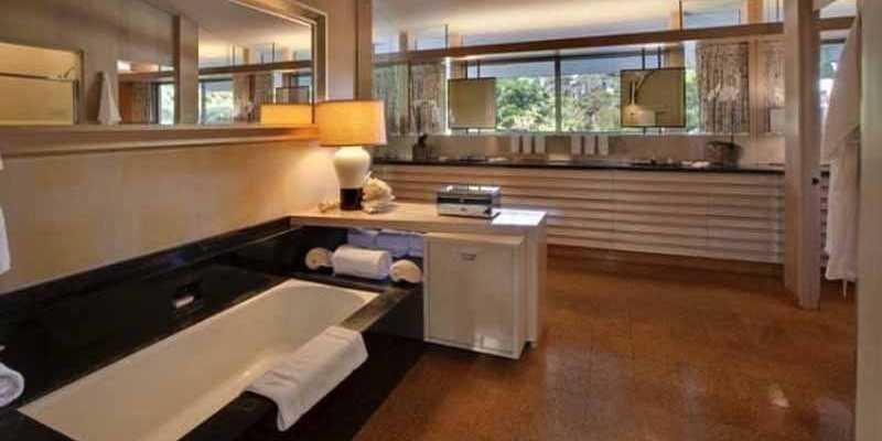 Ellen DeGeneres: Su casa queda muy cerca de la mansión de las conejitas de Playboy, valuada en aproximadamente 40 millones de dólares. El baño tiene una bañera blanca que contrasta con una base negra y los pisos de madera.
