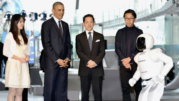 El-presidente-Barack-Obama juega futbol con robot
