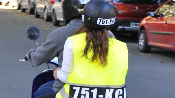 moto-acompañante-casco-chaleco