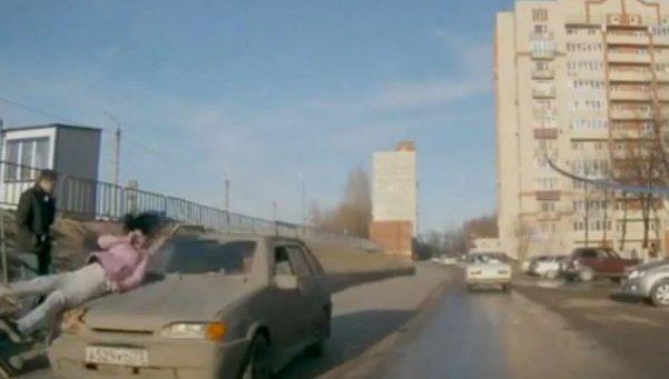 mujer-es-atropellada-al-cruzar-la-calle-hablando-celular