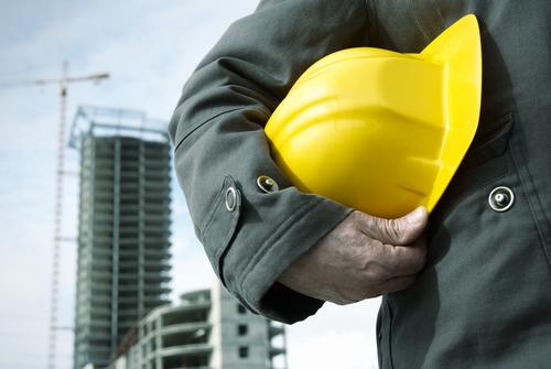 trabajador-casco-amarillo