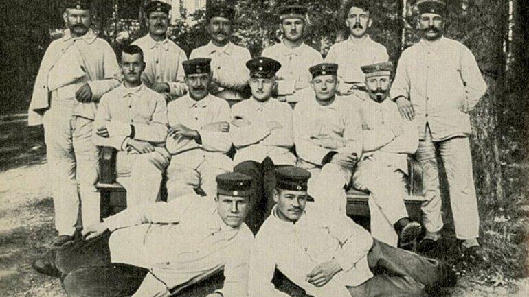 Hitler está de pie, es el segundo de derecha a izquierda