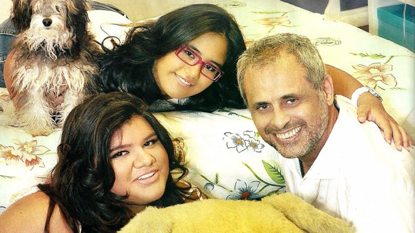 rial con sus hijas