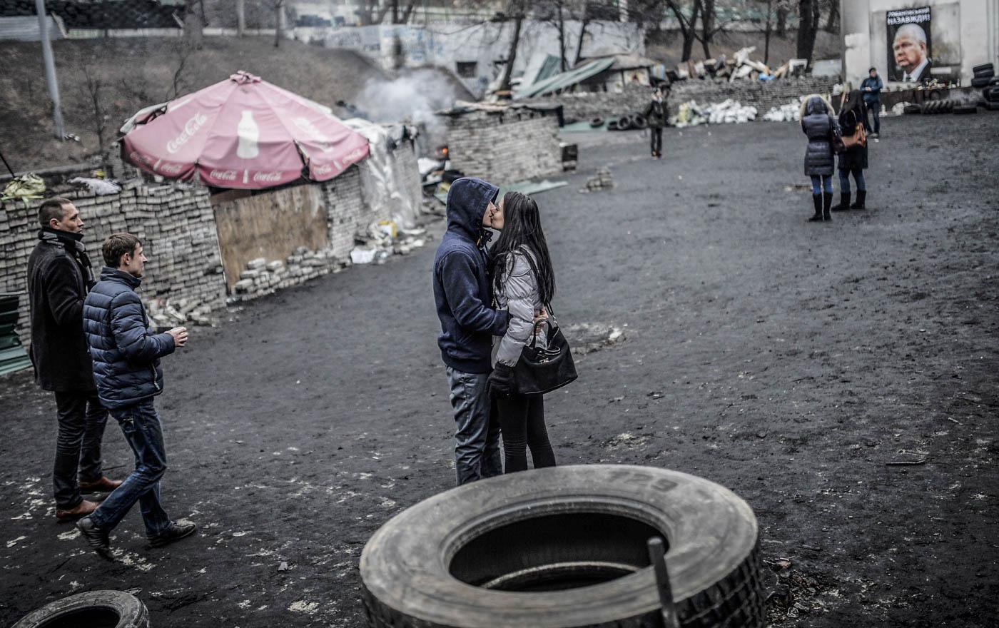 Un joven besa a su novia en una barricada en Kiev