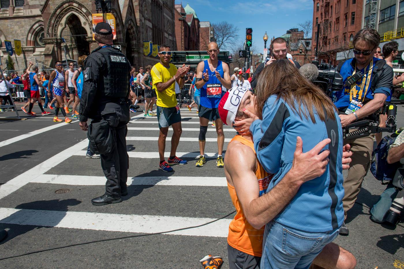 Gregory Picklesimer le pide matrimonio y besa s u novio al finalizar la Maratón de Boston