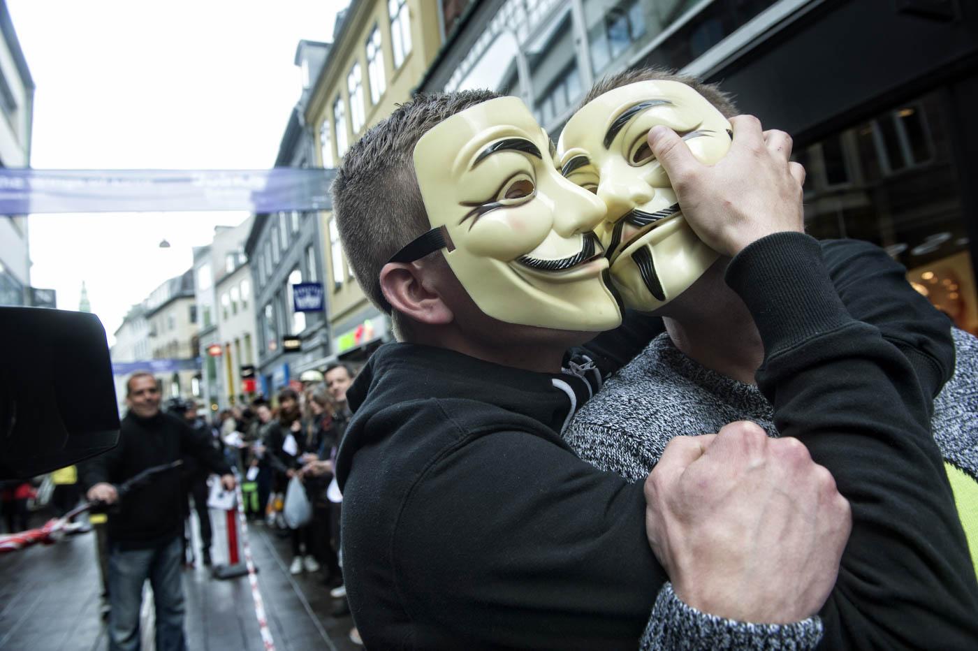 375 personas rompen el record mundial de besar personas en cadena en Copenhagen, Dinamarca