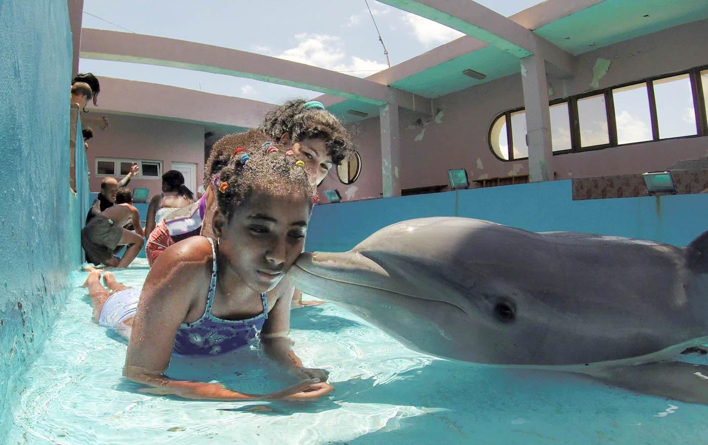 En un centro de rehabilitación de Cuba, un delfín besa a Lagna Fuentes