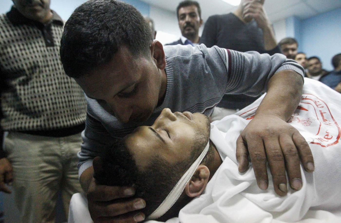 Un pariente besa a Mohammed Jawabreh, un palestino de 21 años, luego de que se lo declarara muerto en el hospital