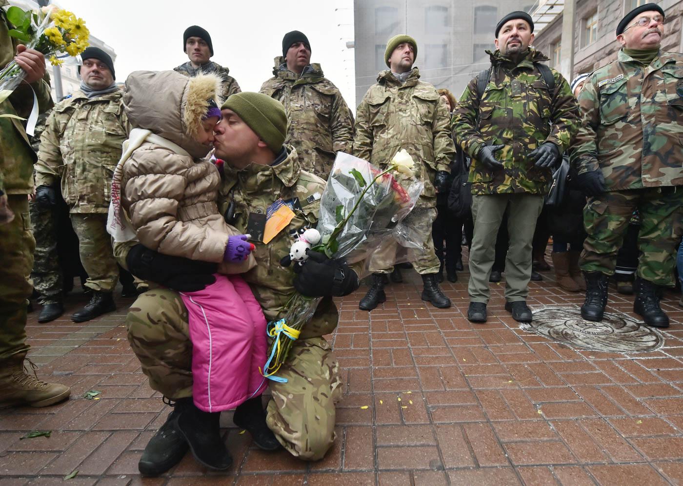 Un padre ucraniano besa a su hija en Kiev, luego de realizar una operación anti-terrorista