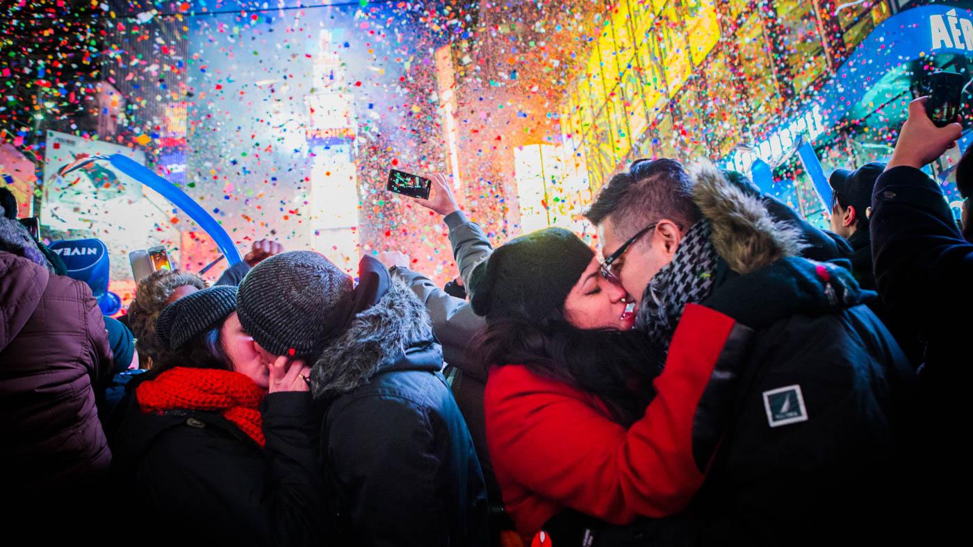 Durante la celebración de año nuevo, miles de parejas se besan en Times Square, Nueva York