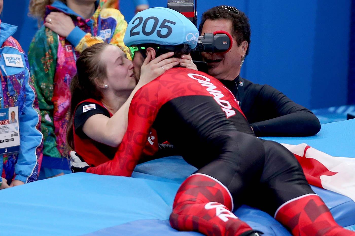 El medallista de oro canadiense Charles Hamelin besa a su novia luego de ganar en patinaje de velocidad sobre hielo