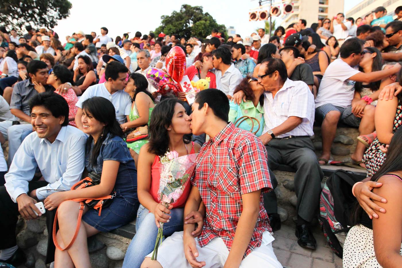 Docenas de parejas se besan en Lima, Perú, durante la celebración del Día de San Valentín