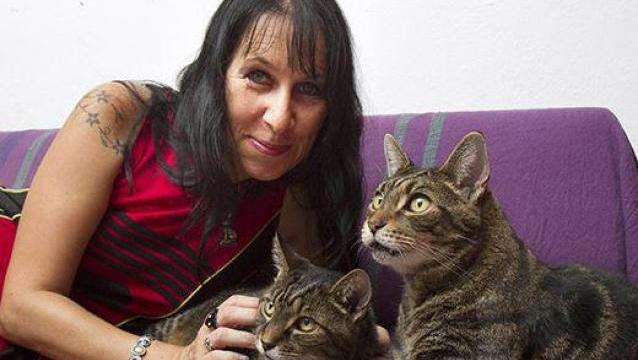 Mujer gatos