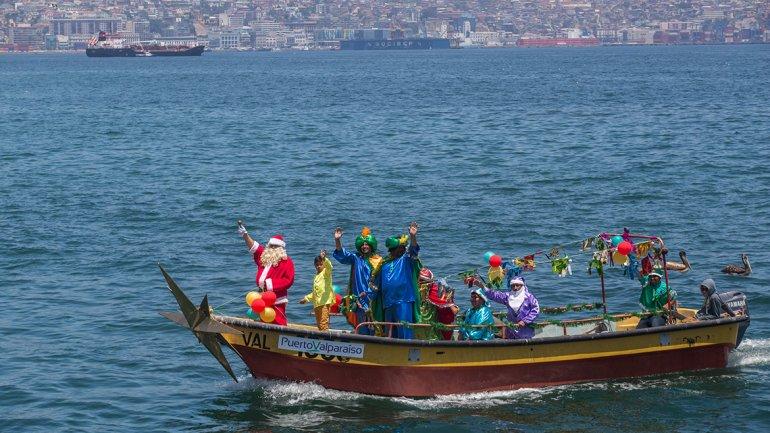 Chile: Papá Noel reparte regalos desde una canoa