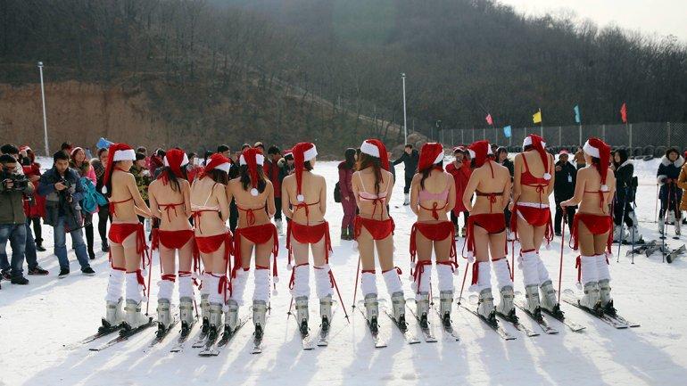 China: Mujeres en bikini festejaron la Navidad esquiando