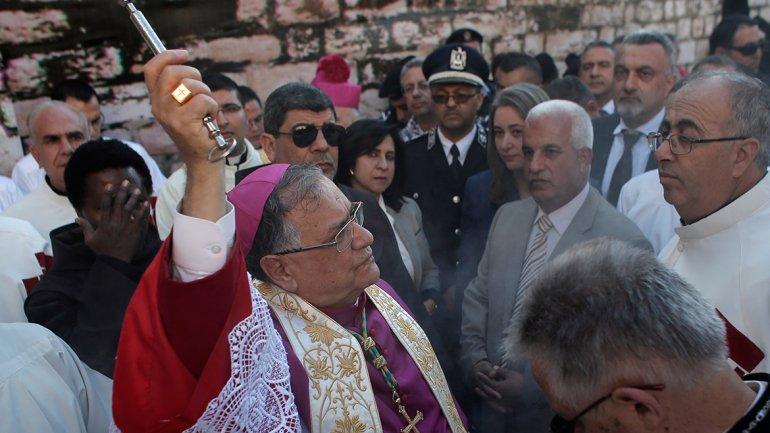 En Belén, el patriarca latino, Fuad Twal bendice a los cristianos