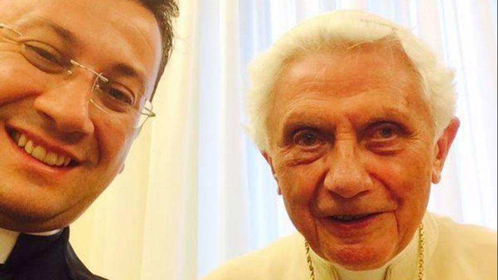 Benedicto XVI aparece muy reajado ahora que no es Papa, en una selfie con un seminarista italiano