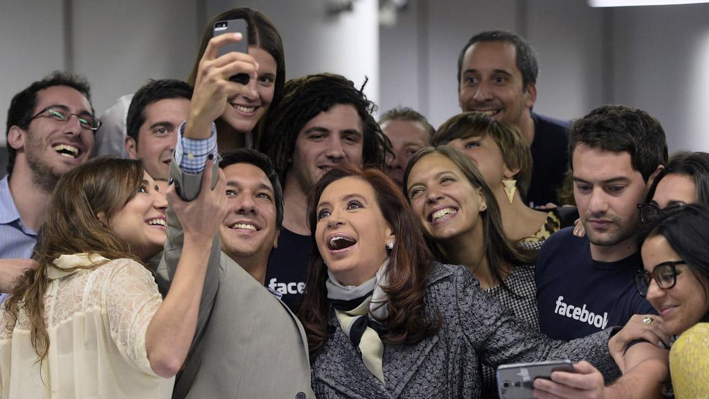 Cristina Kirchner asistió a la inauguración de las oficinas de Facebook en Argentina, y no se resistió a la tendencia