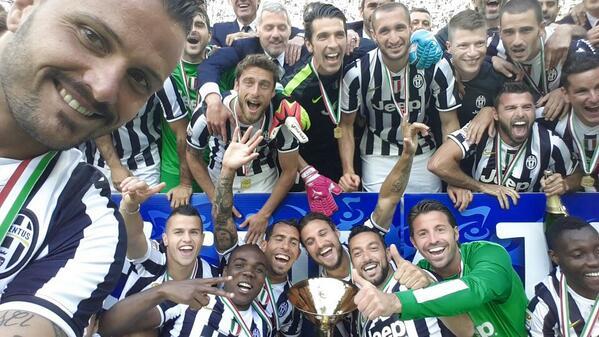 La selfie es parte del festejo de la Juventus, que salió campeona de la Serie A italiana por tercera vez consecutiva