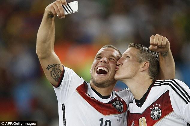 Durante el Mundial de Brasil 2014, los alemanes Lukas Podolski y Bastian Schweinsteiger se pusieron románticos para la foto después de ganar la Copa del Mundo