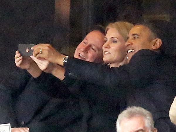 Obama se saca una de las selfies más criticadas del año, en el memorial de Nelson Mandela