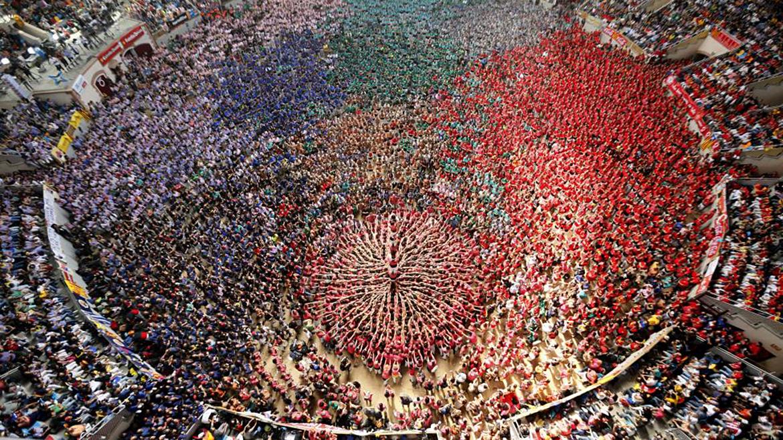 """Torre humana, o """"castell"""", durante la competencia bianual en la ciudad de Tarragona"""