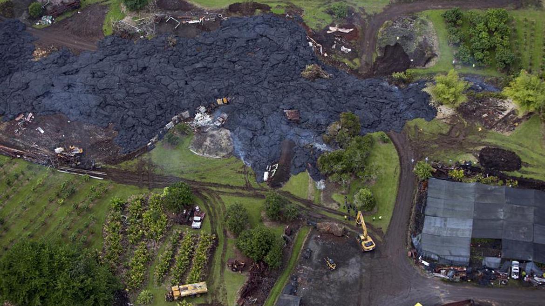 Las cuadrillas de salvamento tratan de desviar un río de lava que baja del Monte Kilauea hacia una casa de la aldea de Pahoa, Hawaii
