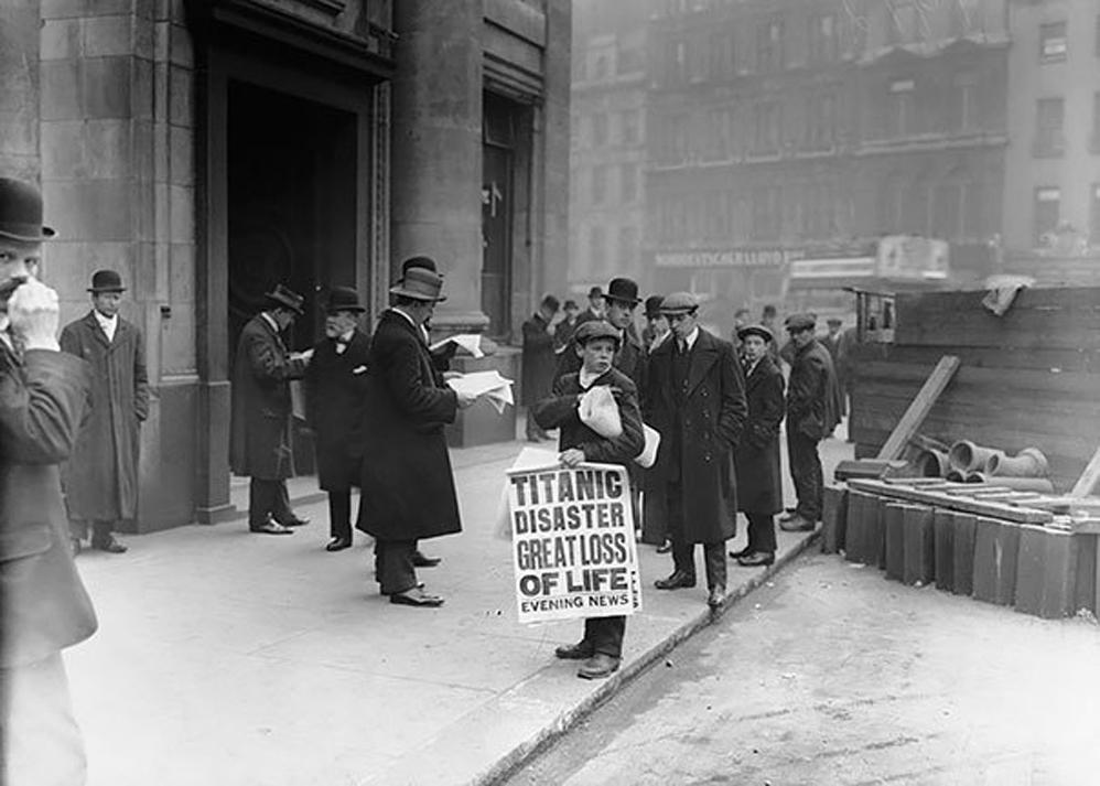 Periódico 'Boy Ned Parfett' vende copias del vespertino con noticias del hundimiento del Titanic la noche anterior, 1912