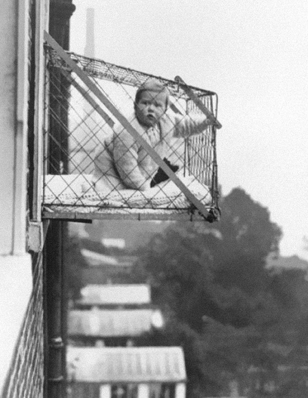 'Jaulas bebé' utilizadas para asegurar que los niños recibieran suficiente luz solar y aire fresco en edificios o apartamentos, 1937