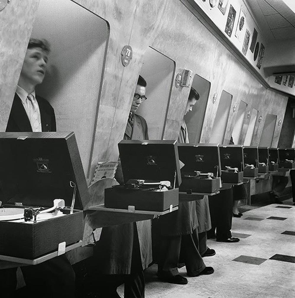 Clientes en Londres Music Store, 1955