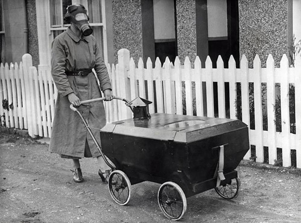 Mujer con un cochecito resistente al gas, Inglaterra, 1938