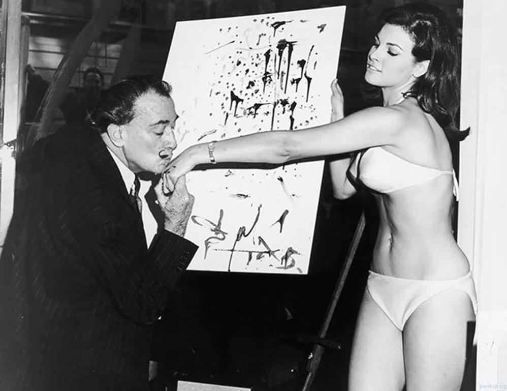 Salvador Dalí besando la mano de Raquel Welch después de terminar su famoso retrato, 1965