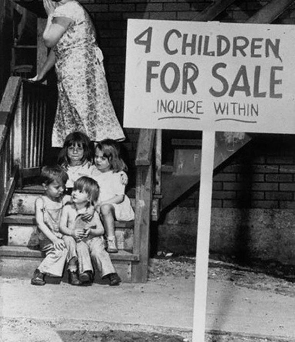 Madre oculta su cara de vergüenza luego de poner a sus hijos a la venta, Chicago, 1948