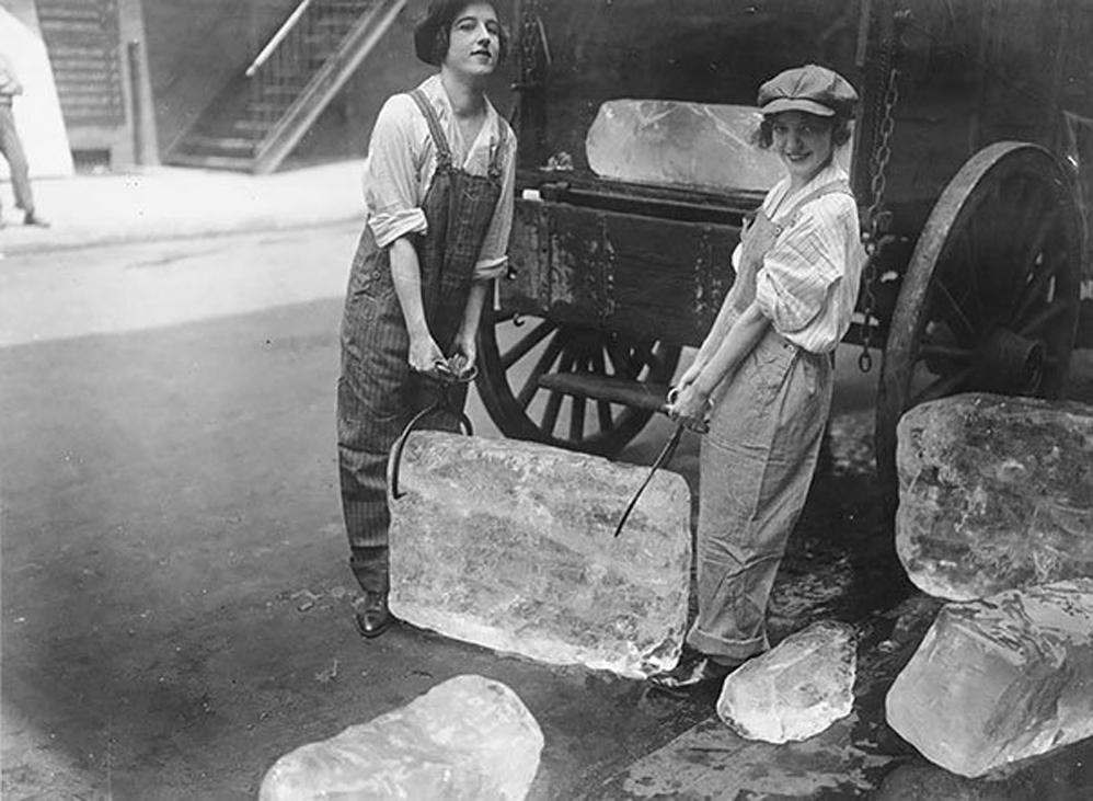 Mujeres entregando hielo, 1918