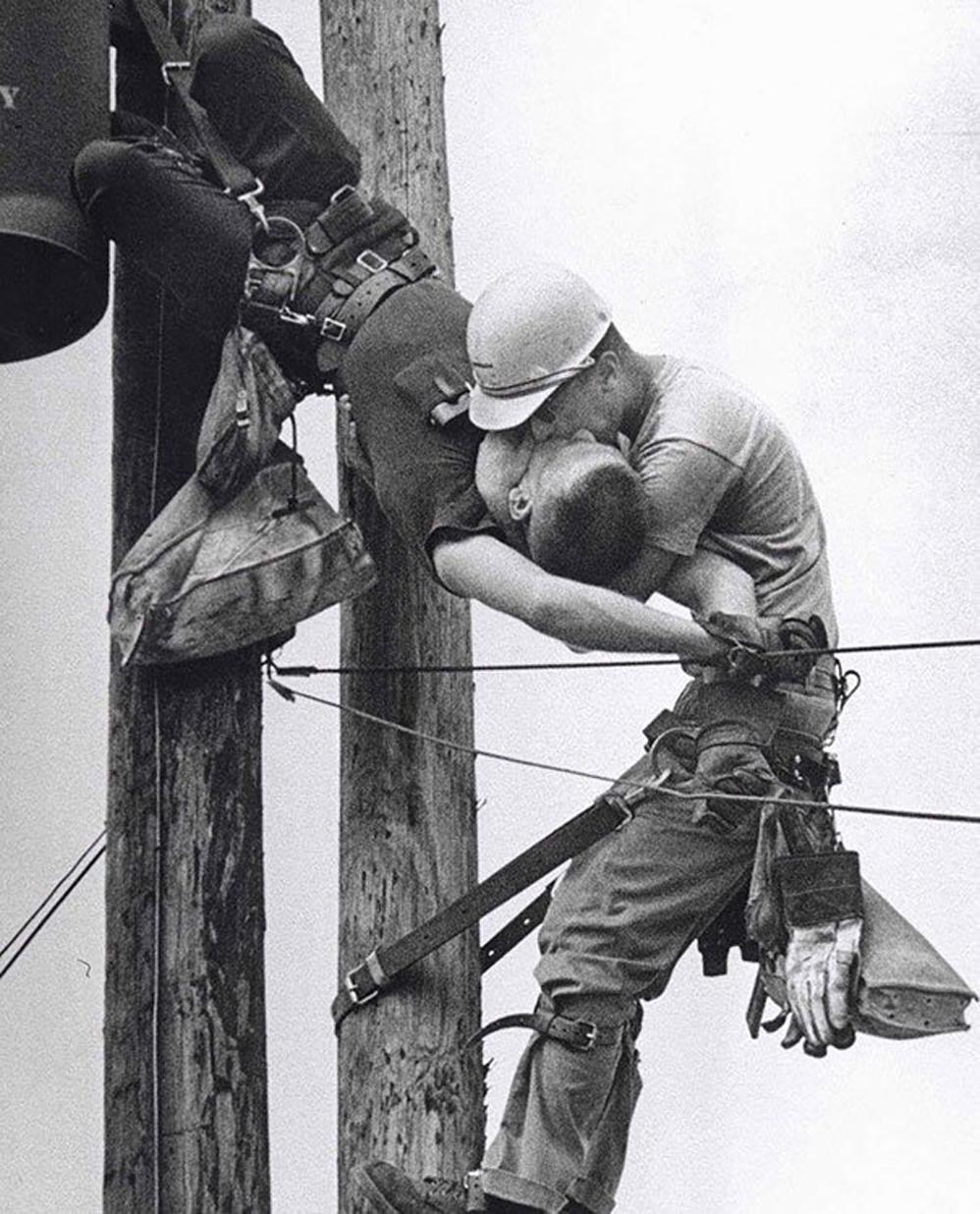El beso de la vida: un trabajador le da respiración boca a boca a su compañero de trabajo después de ponerse en contacto con un cable de alta tensión, 1967