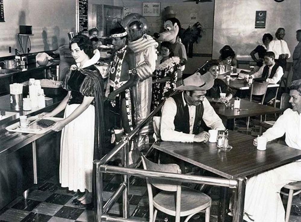 Empleados en la cafetería de Disneyland, 1961