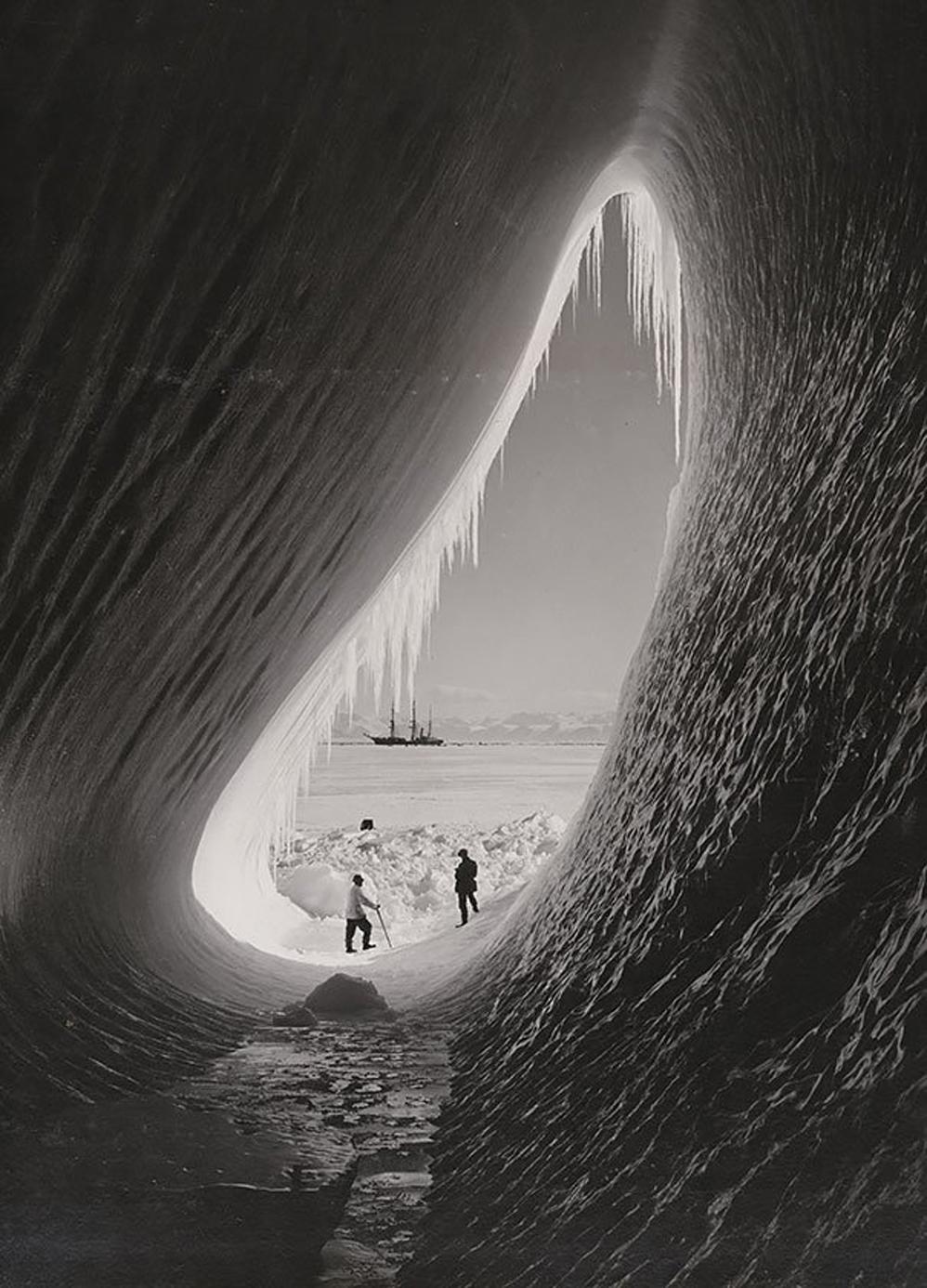 Gruta en un iceberg: fotografiado durante la Expedición Antártica Británica, 05 de enero, 1911
