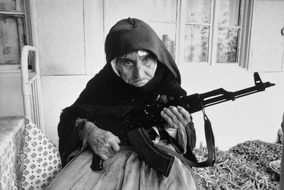 La mujer armenia que custodiaba su casa: 106 años de edad, 1990