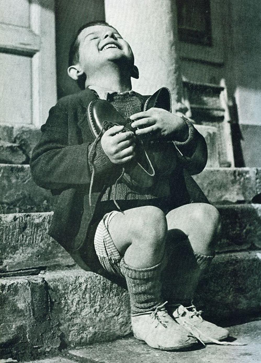 Momento de felicidad de un niño austríaco después de recibir zapatos nuevos durante la Segunda Guerra Mundial