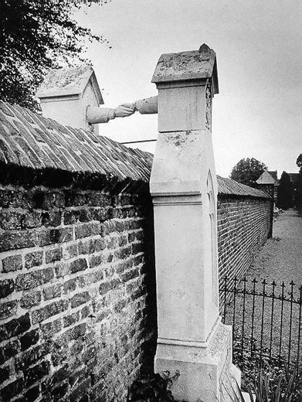 Las tumbas de una mujer católica y su marido protestante separadas por una pared, Holanda, 1888