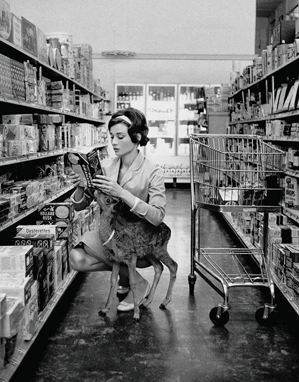 Audrey Hepburn de compras con su ciervo mascota en Beverly Hills, 1958