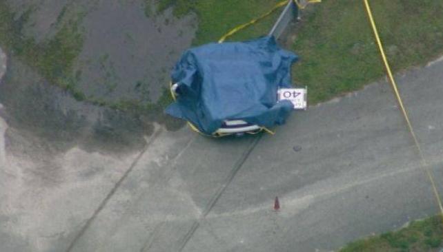 El lujoso vehículo fue tapado con una lona tras el accidente. Foto: Gentileza AP