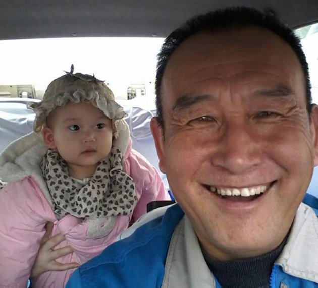 Smiling Cabby Receives Award for 30,000 Selfies with Passengers