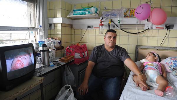 Alberto cuida a su hija Belén, internada en Pediatría