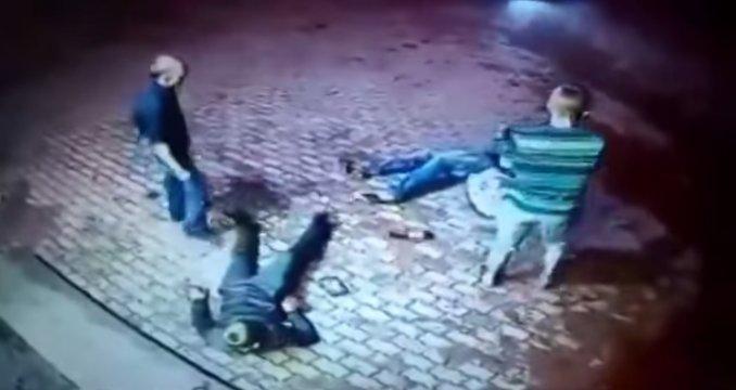 anciano-golpea-jovenes