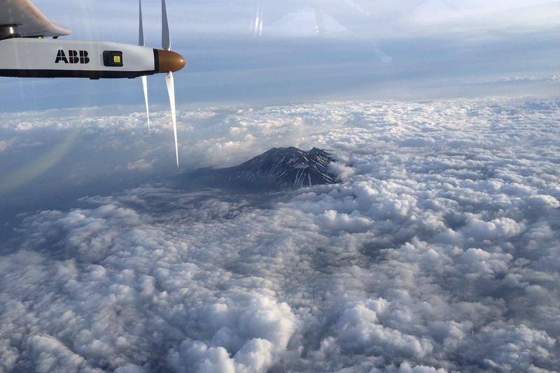 avion-solar-impulse-2-nubes