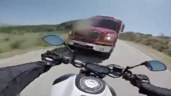 choque-moto-camion-bomberos