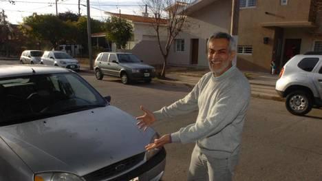Marco Centurión, junto a su nuevo auto. Gentileza: Clarín