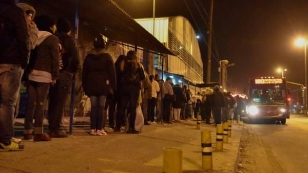 Pasajeros esperan el 180 en González Catán, La Matanza. Foto: Clarín