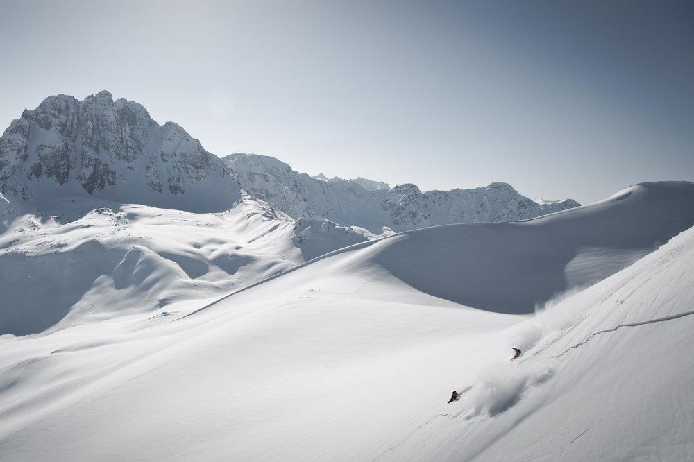 snowboarders-en-acción-en-kashmir-calling-en-india